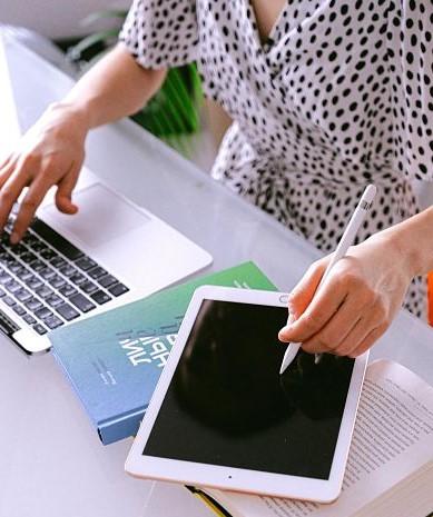 Übersetzer mit Tablet und Laptop